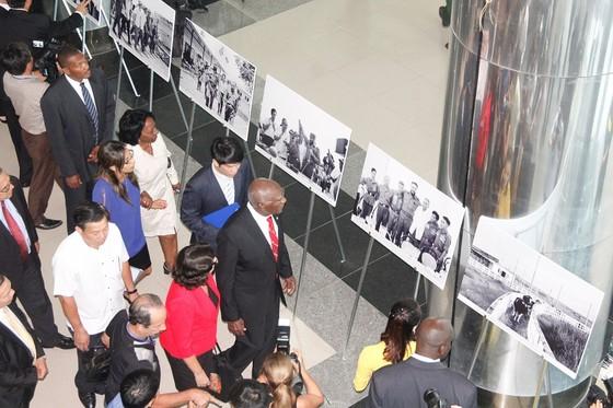 Trưng bày ảnh nhân Kỷ niệm 45 năm ngày lãnh tụ Fidel Castro thăm vùng giải phóng Quảng Trị ảnh 1