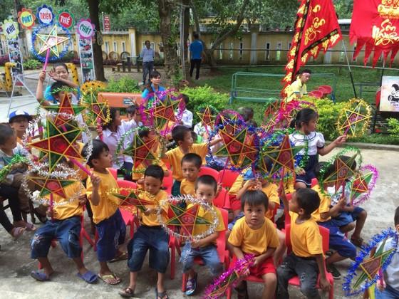 Nhiều phần quà cho học sinh nghèo nhân dịp tết Trung thu ảnh 2