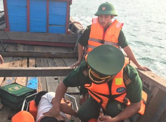 Bộ đội Biên phòng Quảng Trị điều tàu ngư dân kịp thời cứu thuyền viên trên biển ảnh 1