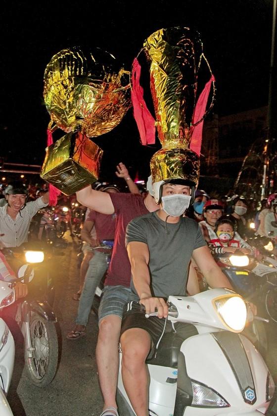Nức lòng khi Việt Nam vào Chung kết AFF Cup ảnh 14