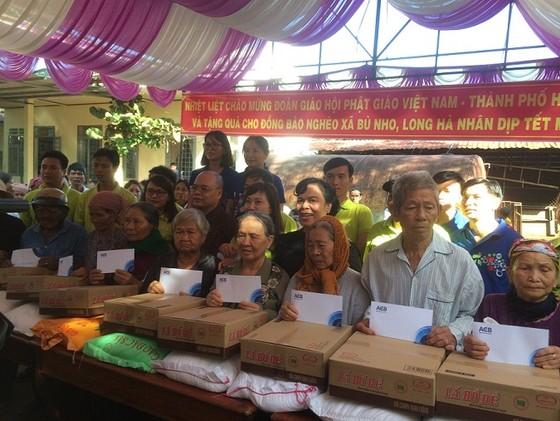 Tặng 1.000 phần quà tết cho các hộ khó khăn ở Bình Phước ảnh 1