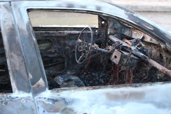 Ô tô đang lưu thông trên đường thì bất ngờ bị bốc cháy trơ khung ảnh 5