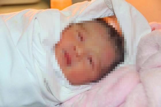 Phát hiện một cháu bé bị bỏ rơi trước cổng bệnh viện ảnh 1