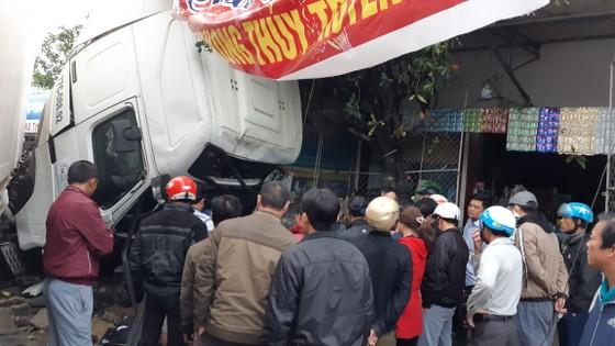 Va chạm giữa xe ô tô khách và xe container, ít nhất 3 người thương vong ảnh 3