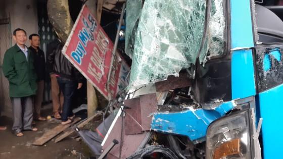 Va chạm giữa xe ô tô khách và xe container, ít nhất 3 người thương vong ảnh 6