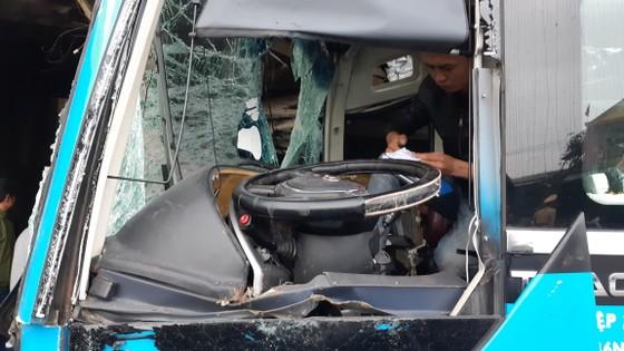 Va chạm giữa xe ô tô khách và xe container, ít nhất 3 người thương vong ảnh 5