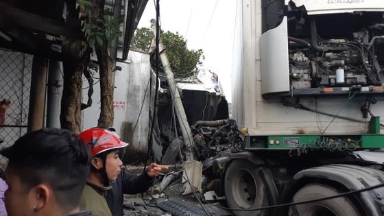 Va chạm giữa xe ô tô khách và xe container, ít nhất 3 người thương vong ảnh 2