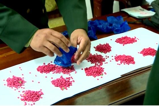 Bắt đối tượng vận chuyển 3.200 viên ma túy tổng hợp từ Lào về Việt Nam ảnh 1