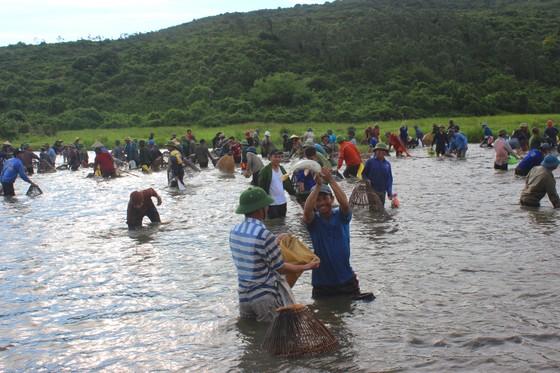 Người dân nô nức tham gia lễ hội đánh cá Đồng Hoa ở Hà Tĩnh ảnh 2