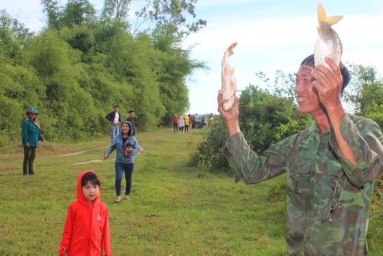 Người dân nô nức tham gia lễ hội đánh cá Đồng Hoa ở Hà Tĩnh ảnh 5