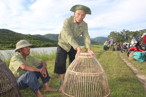 Người dân nô nức tham gia lễ hội đánh cá Đồng Hoa ở Hà Tĩnh ảnh 11