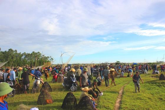 Người dân nô nức tham gia lễ hội đánh cá Đồng Hoa ở Hà Tĩnh ảnh 1