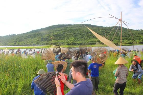 Người dân nô nức tham gia lễ hội đánh cá Đồng Hoa ở Hà Tĩnh ảnh 12