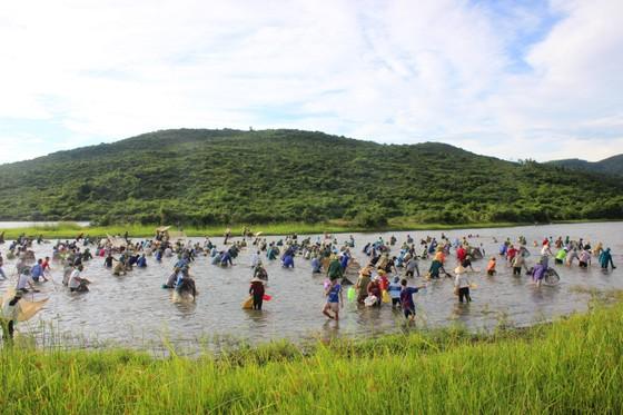 Người dân nô nức tham gia lễ hội đánh cá Đồng Hoa ở Hà Tĩnh ảnh 3