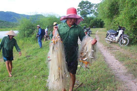 Người dân nô nức tham gia lễ hội đánh cá Đồng Hoa ở Hà Tĩnh ảnh 9