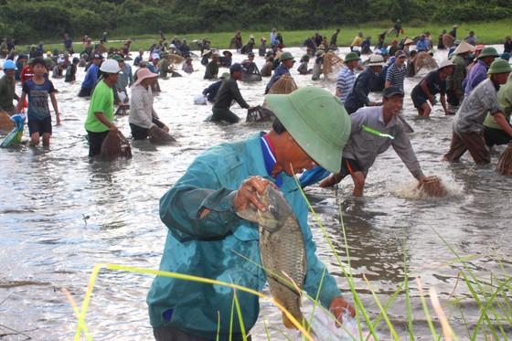 Người dân nô nức tham gia lễ hội đánh cá Đồng Hoa ở Hà Tĩnh ảnh 4