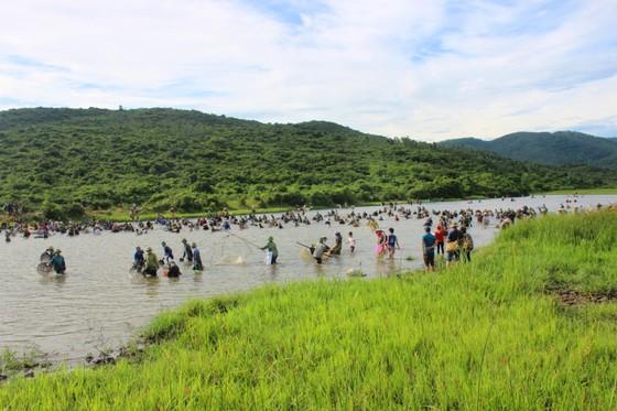 Người dân nô nức tham gia lễ hội đánh cá Đồng Hoa ở Hà Tĩnh ảnh 7