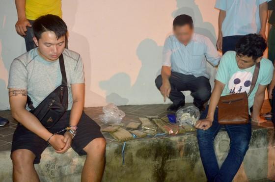 Bắt 2 sinh viên Lào vận chuyển 15 bánh cần sa và 200 viên hồng phiến vào Việt Nam tiêu thụ ảnh 1