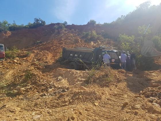 Sập mỏ, 2 xe tải bị vùi lấp cùng tài xế ảnh 12