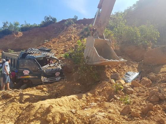 Vụ sập mỏ, 2 xe tải bị vùi lấp cùng tài xế: Yêu cầu dừng khai thác mỏ ảnh 1