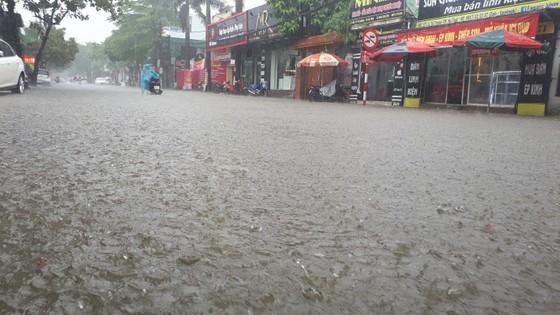 Clip: Mưa trắng trời, nhiều đường phố ở Hà Tĩnh bị ngập chìm trong biển nước ảnh 8