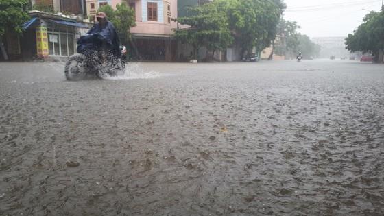 Clip: Mưa trắng trời, nhiều đường phố ở Hà Tĩnh bị ngập chìm trong biển nước ảnh 7