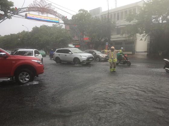 Clip: Mưa trắng trời, nhiều đường phố ở Hà Tĩnh bị ngập chìm trong biển nước ảnh 11