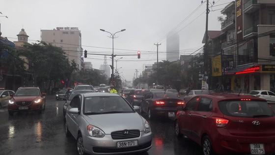 Clip: Mưa trắng trời, nhiều đường phố ở Hà Tĩnh bị ngập chìm trong biển nước ảnh 16