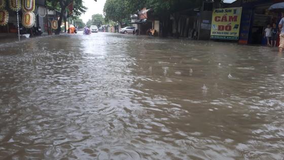 Clip: Mưa trắng trời, nhiều đường phố ở Hà Tĩnh bị ngập chìm trong biển nước ảnh 5