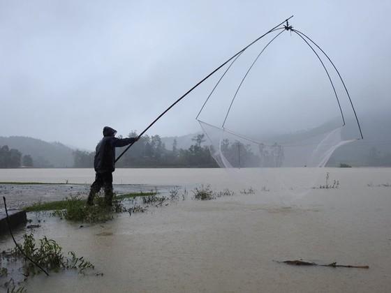 Giúp dân khắc phục, sửa chữa lại nhà cửa sau lốc xoáy ở Hà Tĩnh ảnh 3
