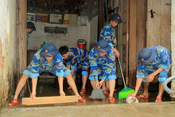 Giúp dân khắc phục, sửa chữa lại nhà cửa sau lốc xoáy ở Hà Tĩnh ảnh 1