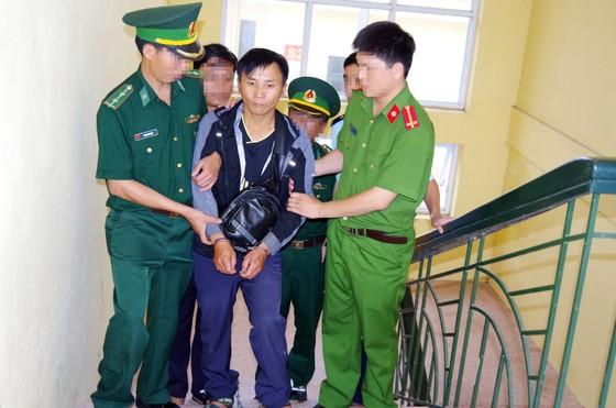 Bắt đối tượng vận chuyển 1 bánh heroin và 30 viên ma túy tổng hợp từ Lào vào Việt Nam ảnh 2