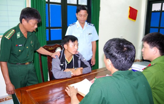 Bắt đối tượng vận chuyển 1 bánh heroin và 30 viên ma túy tổng hợp từ Lào vào Việt Nam ảnh 3
