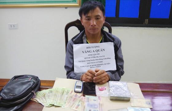 Bắt đối tượng vận chuyển 1 bánh heroin và 30 viên ma túy tổng hợp từ Lào vào Việt Nam ảnh 1