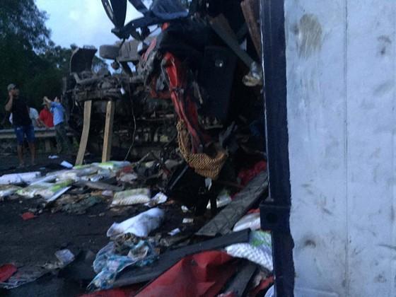 Hai xe tải đâm trực diện, 2 người chết, 1 người bị thương nặng ảnh 3