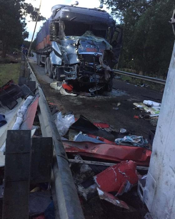 Hai xe tải đâm trực diện, 2 người chết, 1 người bị thương nặng ảnh 5