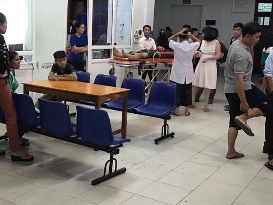 Xe 7 chỗ đam thẳng vào quán nhậu, nhiều người bị thương nhập viện cấp cứu ảnh 3
