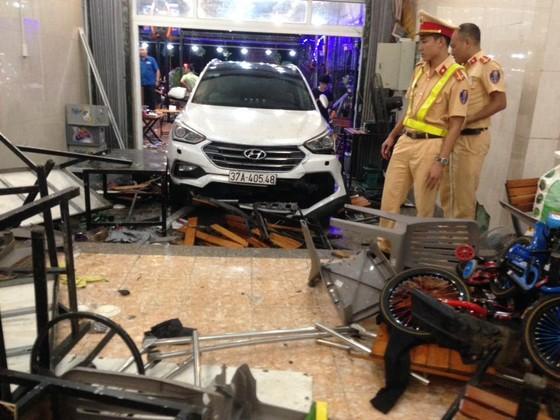 Xe 7 chỗ đam thẳng vào quán nhậu, nhiều người bị thương nhập viện cấp cứu ảnh 4