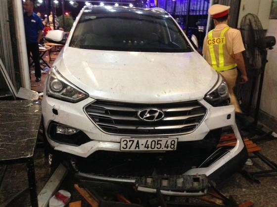 Xe 7 chỗ đam thẳng vào quán nhậu, nhiều người bị thương nhập viện cấp cứu ảnh 6