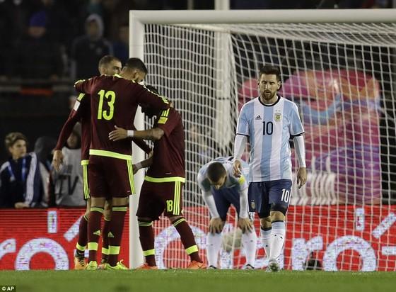 Lionel Messi và tuyển Argentina thất vọng trong đà trượt dài về phong độ.