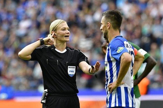 Nữ trọng tài Bibiana Steinhaus (trái) đã điều khiển rất tốt trận đấu giữa Hertha Berlin với Bremen. Ảnh: Getty Images