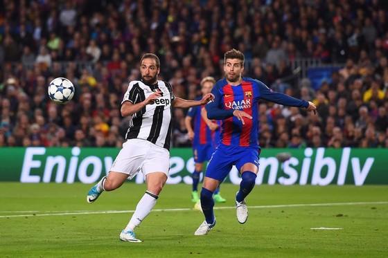 Barcelona (phải) không dễ thắng Juventus. Ảnh Getty Images