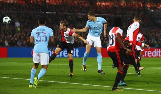 John Stones đánh đầu ghi bàn mở tỷ số cho Man.City. Ảnh: Getty Images