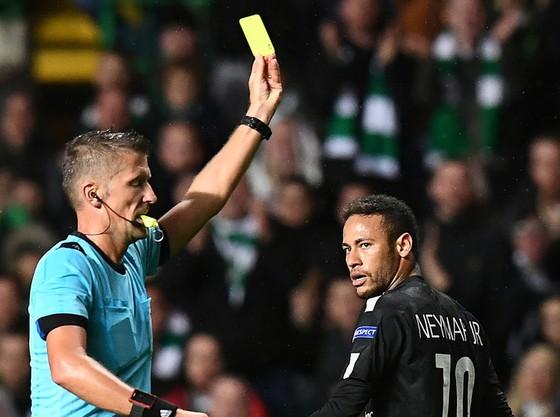 Neymar phải nhận thẻ vàng vì hành động ngã vờ. Ảnh Getty Image