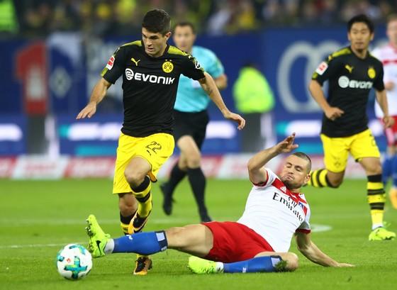 Dortmund (trái) sẽ phải nỗ lực nhiều hơn nữa thì mới có thể giành được chiến thắng trước Gladbach. Ảnh: Getty Images