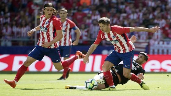Atletico (đỏ trắng) vượt qua Sevilla. Ảnh: Getty Images