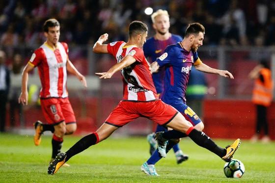 Barca (đỏ xanh) có chiến thắng may mắn trước Girona. Ảnh: Getty Images