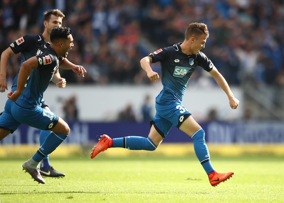Niềm vui của Dennis Geiger (phải) sau khi ghi bàn vào lưới Schalke. Ảnh: Getty Images