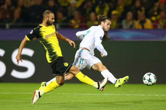 Các hậu vệ của Dortmund (trái) thường chậm hơn một bước so với các cầu thủ tấn công của Real Madrid. Ảnh: Getty Images