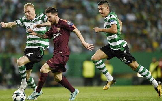 Barca (áo nâu) có chiến thắng vất vả trước Sporting. Ảnh: Getty Images